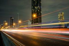 有速度光线的夜城市从汽车,在路的车 库存图片