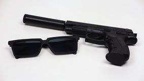 有遏声器和黑玻璃的枪 股票视频