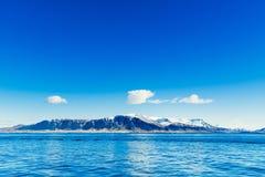 有遥远的山的蓝色海洋 免版税图库摄影