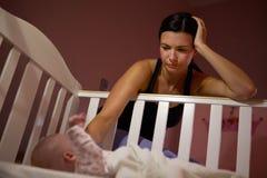 有遭受岗位新生消沉的婴孩的母亲 免版税图库摄影