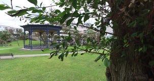 有遮篷和路的美丽的公园 股票视频