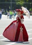 有遮阳伞的夫人 免版税库存照片