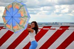 有遮阳伞的少妇 库存图片