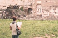 有避过古老废墟的地图的游人在罗马老镇,阿皮亚Antica方式,早意大利历史,旅行destin遗产  库存照片