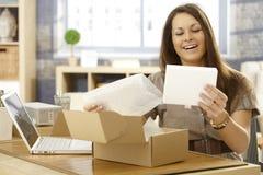 有邮政小包的愉快的妇女 免版税库存照片
