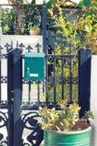 有邮箱的铁门 免版税库存图片