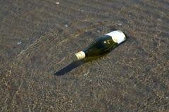 有邮件的搁浅的瓶 免版税库存图片