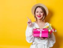 有郁金香和礼物盒的妇女 免版税库存图片