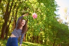 有郁金香的愉快和快乐的女孩 免版税库存照片