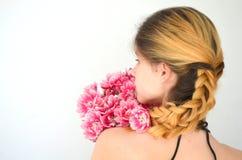 有郁金香花束的一个女孩  免版税库存图片
