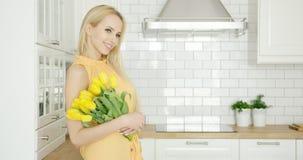 有郁金香花束的可爱的女孩  免版税库存图片