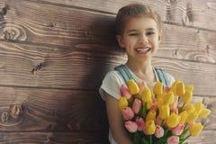 有郁金香花束的女孩 免版税图库摄影