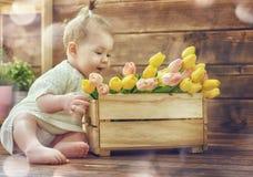 有郁金香花束的女孩 免版税库存图片