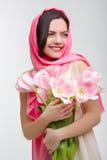 有郁金香花束的妇女 免版税图库摄影