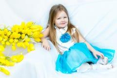 有郁金香花束的小女孩  免版税库存图片