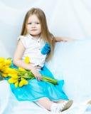 有郁金香花束的小女孩  图库摄影