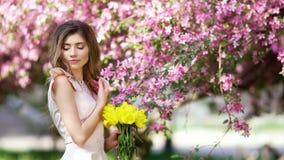 有郁金香花束的少妇  影视素材