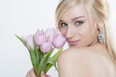 有郁金香花束的美丽的少妇 库存图片