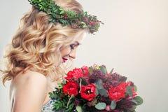 有郁金香花的美丽的妇女 免版税库存图片