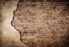 有部分地损坏的灰泥的老砖墙 免版税图库摄影