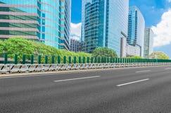 有都市风景和地平线的空的高速公路 库存照片