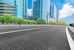 有都市风景和地平线的空的高速公路 库存图片