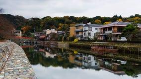 有都市风景的Uji河秋天,京都 免版税库存照片