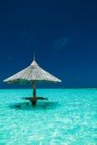 有酒吧位子的竹沙滩伞在海岛的水中 库存照片