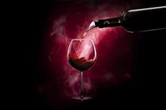 有瓶的葡萄酒杯 免版税库存图片