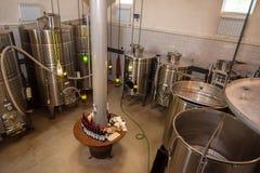 有酒大桶的现代酿酒厂 库存图片