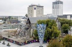 有酒杯和严重损坏的克赖斯特切奇大教堂的大教堂广场由2011年地震 库存图片