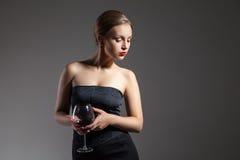 有酒杯的,减速火箭的仿效美丽的妇女 免版税图库摄影