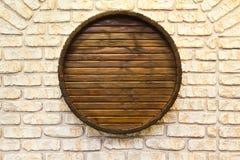 有酒桶的酿酒厂墙壁在它 库存照片