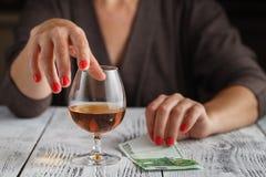 有酒精关闭的妇女 免版税库存照片