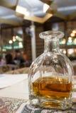 有酒精饮料的蒸馏瓶在餐馆 库存图片