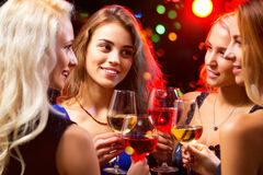 有酒水晶玻璃的妇女的手  免版税库存图片