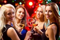 有酒水晶玻璃的妇女的手  免版税图库摄影
