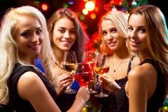 有酒水晶玻璃的妇女的手  免版税库存照片