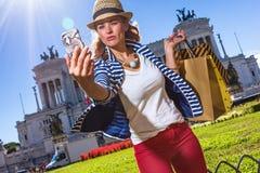 有采取与手机的购物袋的旅游妇女selfie 图库摄影