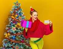 有采取与机动性的圣诞节礼物箱子的妇女selfie 免版税库存照片