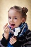 采取咳嗽医学糖浆的小女孩 图库摄影