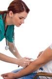 有采取测试的注射器的女性医生血液 库存照片