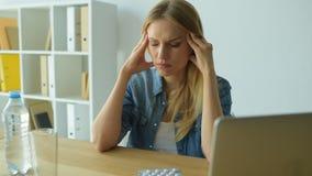 有采取药片的头疼的可怜的女孩 股票视频