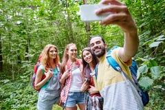 有采取selfie的背包的朋友由智能手机 库存照片