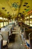 有里面位子的被放弃的电车与街道画 库存图片