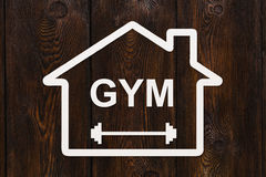 有里面健身房文本的纸房子 抽象体育概念性图象 库存照片