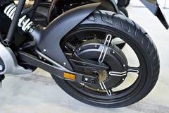 有里面引擎的后轮电摩托车 免版税库存照片