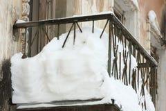 有里面很多雪的阳台 免版税库存照片