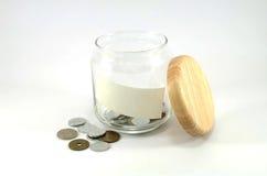 有里面日本硬币的玻璃瓶子和打开木盒盖 库存照片