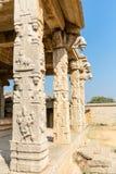 有里面柱子的哈扎拉Rama寺庙,亨比,卡纳塔克邦,印度 免版税库存照片